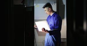 Техник стажера в комнате сервера сток-видео