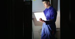 Техник стажера в комнате сервера акции видеоматериалы