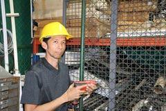 Техник с желтым положением шлема и бурильщик в руке и деятельности в зоне стоковые фотографии rf