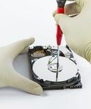 Техник с открытым hard-disk Стоковые Фото