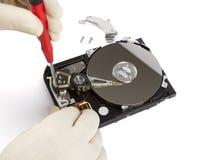 Техник с открытым hard-disk Стоковые Изображения