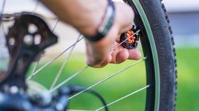 Техник центризуя колесо велосипеда с преданным ключем спицы стоковые изображения rf