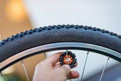 Техник центризуя колесо велосипеда с преданным ключем спицы стоковое изображение