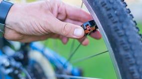 Техник центризуя колесо велосипеда с преданным ключем спицы стоковые фото