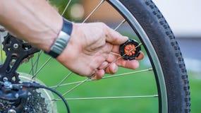 Техник центризуя колесо велосипеда с преданным ключем спицы стоковое фото rf