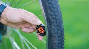 Техник центризуя колесо велосипеда с преданным ключем спицы стоковая фотография