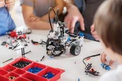 Техническая игрушка на таблице вполне деталей Стоковое Фото
