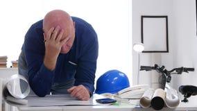 Технические человек анализируют расстроенный тревожиться и разочарованные проект строительства сток-видео