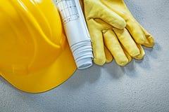 Технические чертежи защитных перчаток шлема здания на concre Стоковые Фото