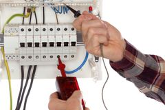 Технический работник испытывает электрические приборы стоковые фотографии rf