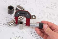Технический чертеж, микрометр и цепь управляя ролика Инженерство, технология и механическая обработка Измерение микрометра детали Стоковое Изображение