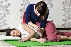 Техническое исполнение тайского массажа стоковая фотография rf