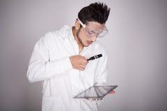 Техническое молодого человека электронное Стоковые Изображения