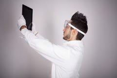 Техническое молодого человека электронное Стоковое фото RF