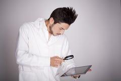 Техническое молодого человека электронное стоковое фото