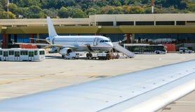 Техническое обслуживание самолета перед принимать на предпосылку здания авиапорта Родос, Греция, Diagoras Стоковые Фотографии RF