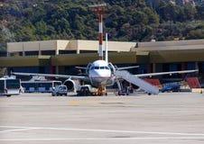 Техническое обслуживание самолета перед принимать на предпосылку здания авиапорта Родос, Греция, Diagoras Стоковая Фотография RF