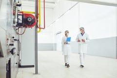 2 технолога на фабрике еды стоковое изображение