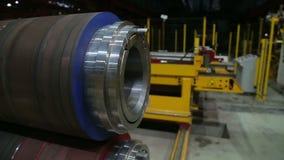 Технологическая линия завальцовки металла на фабрике сток-видео