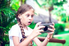 Технология и концепция людей - счастливая усмехаясь девушка используя smartph стоковое изображение rf