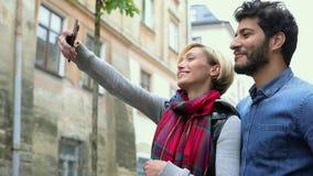 технология Люди с видео телефона вызывая Outdoors видеоматериал