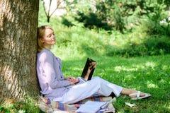 Технология образования и концепция интернета Офис окружающей среды Преимущества outdoors работы Женщина с работой ноутбука стоковая фотография rf