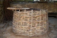 Технология производства вина виноделия Фольклорная традиция делать вино Винные изделия в Грузии Старая традиция обработки стоковое фото