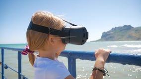 Технология, увеличенная маленькая девочка концепции реальности, виртуального пространства, развлечений и людей счастливая изумлен акции видеоматериалы