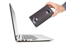 Технология видео- кассеты в сравненной руке Стоковые Фотографии RF