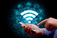 Технология интернета и концепция сети, удерживание бизнесмена стоковые фото