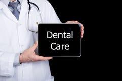 Технология, интернет и сеть в концепции медицины - врачуйте держать ПК таблетки с знаком зубоврачебной заботы Интернет Стоковые Изображения