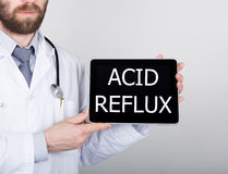 Технология, интернет и сеть в концепции медицины - врачуйте держать ПК таблетки с кисловочным знаком рефлюкса Интернет Стоковое фото RF