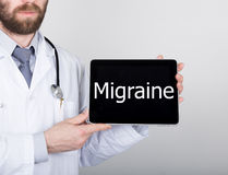 Технология, интернет и сеть в концепции медицины - врачуйте держать ПК таблетки с знаком аутизма Интернет стоковые изображения rf
