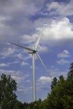 Технология и природа Ветротурбина над пологом леса Стоковое фото RF