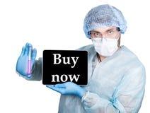 технология и сеть интернета в концепции медицины Доктор в хирургической форме, держащ пробирку и цифровую таблетку Стоковая Фотография