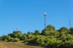 Технология на верхней части радиосвязи GSM Рангоуты для сигнала мобильного телефона Башня с антеннами клетчатого сообщения o Стоковая Фотография RF
