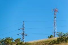 Технология на верхней части радиосвязи GSM Рангоуты для сигнала мобильного телефона Башня с антеннами клетчатого сообщения o Стоковое Изображение