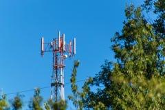 Технология на верхней части радиосвязи GSM Рангоуты для сигнала мобильного телефона Башня с антеннами клетчатого сообщения o Стоковое фото RF