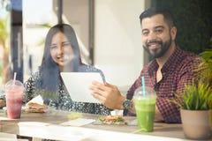 технология пар счастливая используя Стоковые Изображения