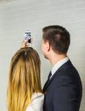 Технология, фотографировать, и бизнесмены концепции - счастливых работников офиса делая selfie внутри помещения Стоковые Изображения