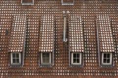 течение учета стародедовское, котор сгорели керамическое вымотало сделанный mimic походит плитки плитки крыши к была древесиной д Стоковые Изображения RF