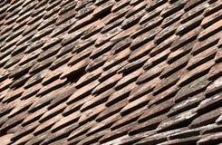 течение учета стародедовское, котор сгорели керамическое вымотало сделанный mimic походит плитки плитки крыши к была древесиной д Стоковые Изображения