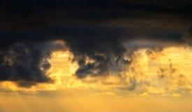 Течь захода солнца светлый через облака Стоковое Изображение