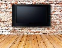 Телевизор на старой стене Стоковые Изображения