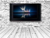 Телевизор на старой стене стоковая фотография rf