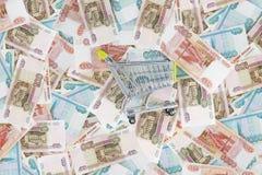Тележка бакалеи на предпосылке русских рублей Стоковое Изображение