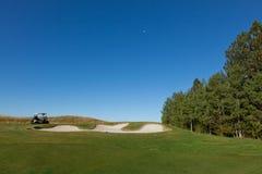 Тележка гольфа над песколовкой стоковые фото