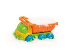 Тележка игрушки ` s ребенка в снеге Стоковые Фотографии RF
