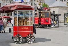 Тележка и трамвай Simit на квадрате Taksim, Стамбуле Стоковые Фотографии RF