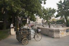 Тележка мороженого в Париже, Франции Стоковое фото RF
